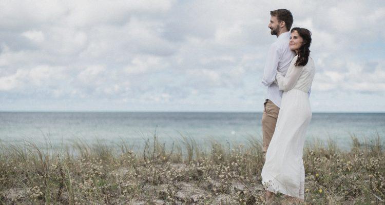 hochzeit-ahrenshoop-strand-paar-zu-zweit-elopement