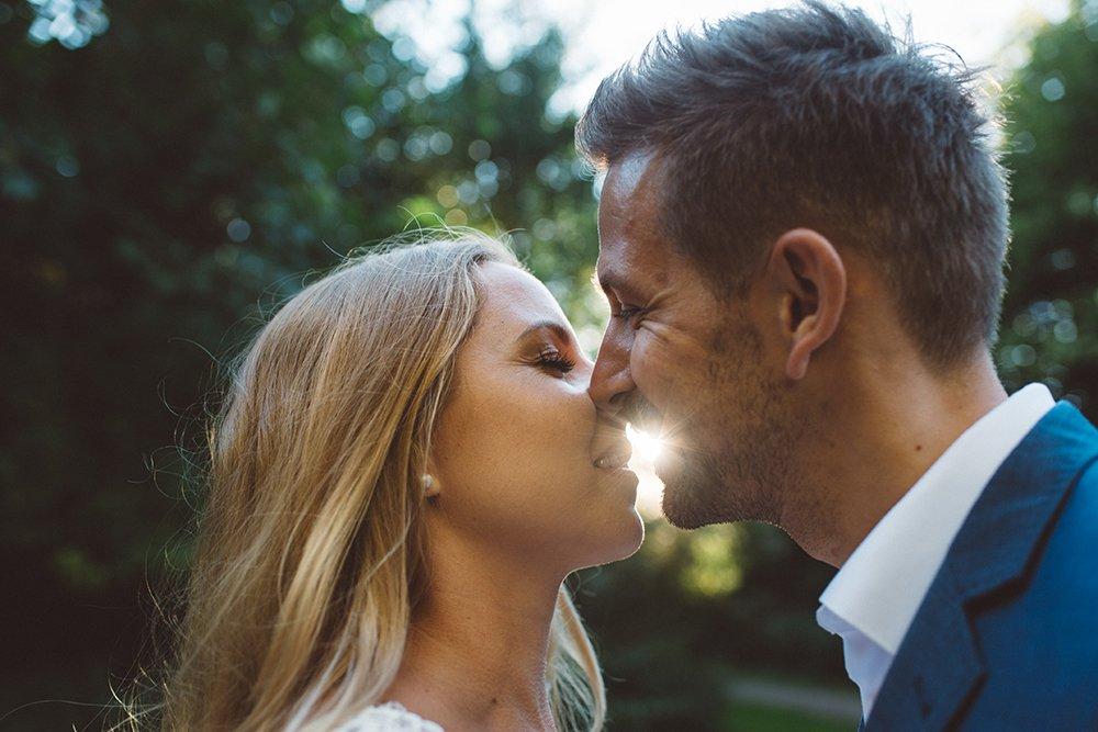 brautpaar-kuss-sonne-gegenlicht