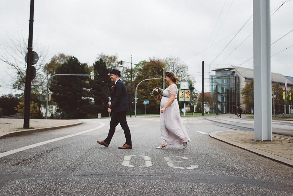 Rostock Hochzeit Straße Paar Bewegung